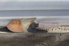 老生锈的庭院铁锹 免版税库存图片