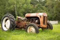 老生锈的拖拉机 免版税库存照片
