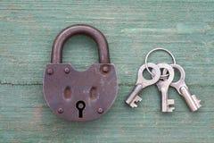 老生锈的挂锁和钥匙 免版税库存图片