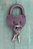 老生锈的挂锁和钥匙 库存图片