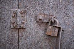 老生锈的挂锁和铰链 库存照片