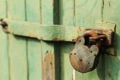 老生锈的挂锁安全 库存照片