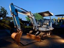 老生锈的挖掘机在废品旧货栈 库存照片