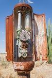 老生锈的气泵加油站 免版税库存图片