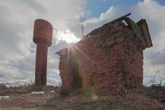 老生锈的水塔 免版税图库摄影