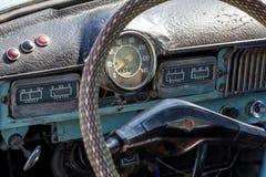 老生锈的汽车仪表板 库存照片