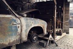 老生锈的汽车 免版税库存照片