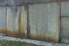 老生锈的波状钢大厦 图库摄影