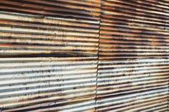 老生锈的波纹状的钢墙壁 免版税库存照片