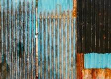 老生锈的波纹状的门 免版税库存照片