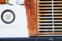 老生锈的白色公共汽车格栅和车灯  库存照片