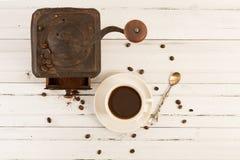 老生锈的研磨机和咖啡杯 库存图片