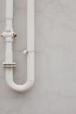 老生锈的管道对墙壁 免版税图库摄影