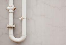 老生锈的管道对墙壁 图库摄影