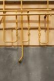 老生锈的管道对墙壁 库存图片