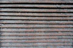 老生锈的肮脏的被剥皮的金属板条 免版税库存照片