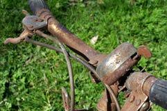 老生锈的自行车响铃 免版税库存照片