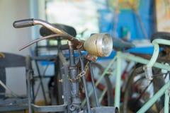 老生锈的自行车在生锈的老房子里 图库摄影