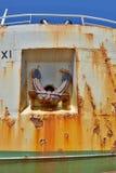 老生锈的船锚在一边和老金属海难在船坞 免版税库存照片