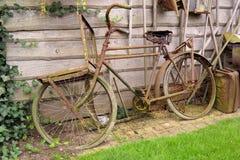 老生锈的荷兰自行车 免版税图库摄影