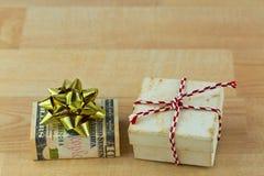 老生锈的葡萄酒礼物礼物盒包裹与美元金钱 图库摄影