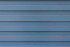 老生锈的蓝色波纹状的金属墙壁 免版税库存照片