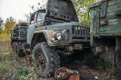 老生锈的被放弃的卡车,在绿色gras中的大汽车 免版税库存照片