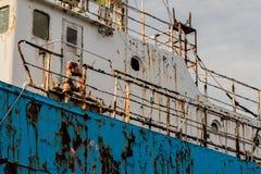 老生锈的被放弃的船的边 库存照片
