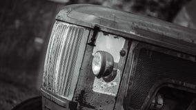 老生锈的被放弃的被忘记的汽车 免版税库存照片