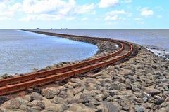 老生锈的被风化的铁路在波罗的海海岸 库存图片