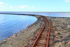 老生锈的被风化的铁路在波罗的海海岸 免版税库存图片