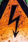 老生锈的警告高压标志 免版税库存图片