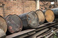 老生锈的金属储油坦克 免版税库存照片