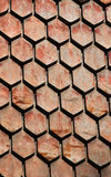 老生锈的金属六角形的瓦片-被风化的木瓦屋顶特写镜头样式 库存图片