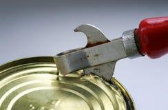老生锈的金属刀子打开金属罐子 库存照片