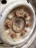 老生锈的金属合金轮子汽车 库存照片