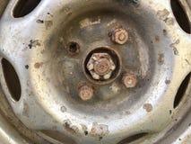 老生锈的金属合金轮子汽车 免版税库存照片