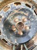 老生锈的金属合金轮子汽车 免版税库存图片