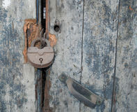 老生锈的金属挂锁 图库摄影