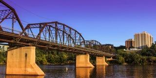 老生锈的金属桥梁 免版税库存照片