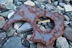 老生锈的金属漂在海上的难船 库存照片