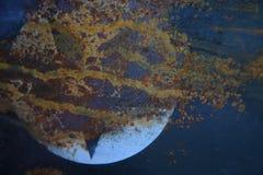 老生锈的金属纹理绘与蓝色油漆 免版税库存图片