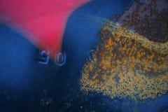 老生锈的金属纹理绘与蓝色油漆 免版税图库摄影