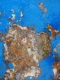 老生锈的金属纹理绘与蓝色油漆 免版税库存照片
