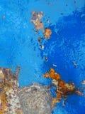 老生锈的金属纹理绘与蓝色油漆 图库摄影