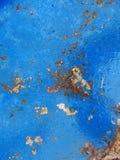 老生锈的金属纹理绘与蓝色油漆 库存图片