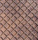 老生锈的金属街道下水道流失盖子上面舱口盖纹理 库存图片