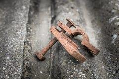 老生锈的金属钳位 免版税库存图片