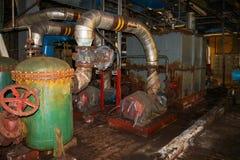 老生锈的金属铁放弃了坏在腐蚀设备热转换器管子泵浦在一种工业精炼厂化学制品 免版税库存图片