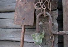 老生锈的金属链子,铁锹,在木头的玻璃灯笼采伐ba 免版税图库摄影